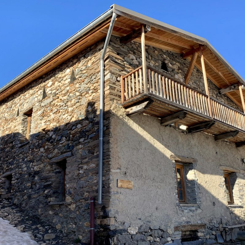 facade de la maison des grands champs, gite de montagne, besse en oisans, locmontagnes